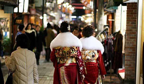 twee-vrouwen-over-straat-op-seijin-no-hi