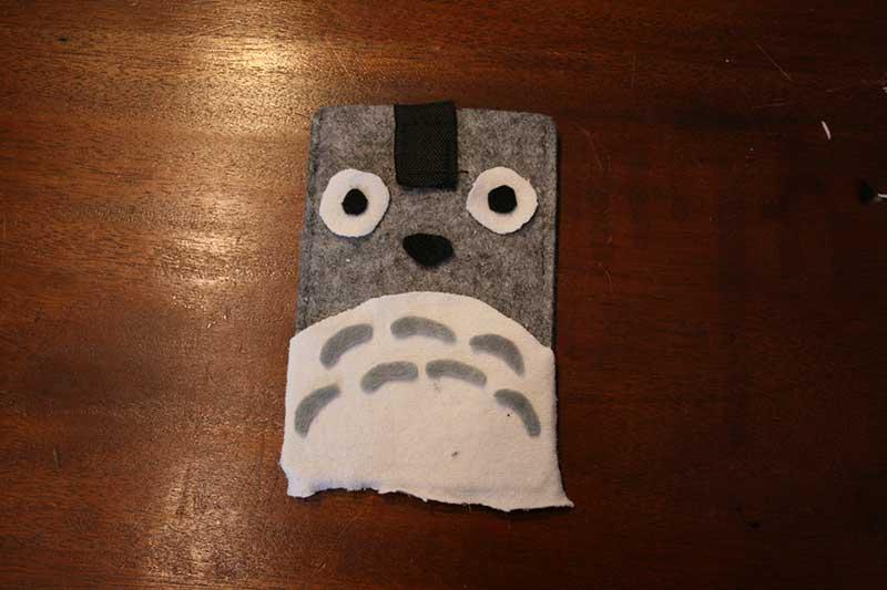Totoro-hoesje-streepjes-en-neus
